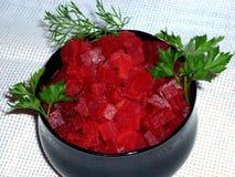 Barbabietola rossa sbucciata su un piatto immagini stock
