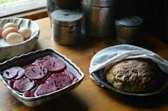 Barbabietole marinate, capperi, pane della patata, uova fresche fotografia stock