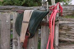 Barbacka block och halter för rött rep som sitter på staketet royaltyfri bild