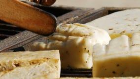 Barbacoa - asando a la parrilla la comida vegetariana - queso de soja y queso - ascendente cercano - 4k metrajes