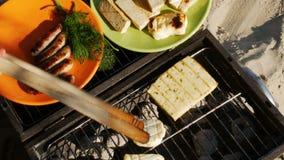 Barbacoa - asando a la parrilla las salchichas, el queso de soja y el queso - visión superior - 4k metrajes