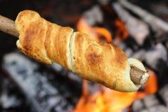 Barbacoa con el pan fresco, Stockbrot Foto de archivo libre de regalías