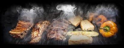 Barbacoa con la carne y las verduras Fotos de archivo libres de regalías