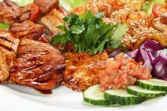 Barbacoa con la salsa y las verduras Fotografía de archivo