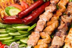 Barbacoa con la salsa y las verduras Fotos de archivo