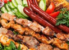 Barbacoa con la salsa y las verduras Imagen de archivo