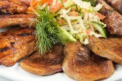 Barbacoa con la salsa y las verduras Foto de archivo libre de regalías