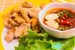 Barbacoa coreana del cerdo con la salsa y las verduras en un lado imagen de archivo