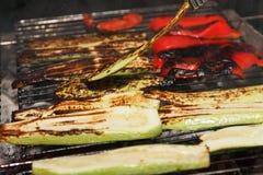 Barbacoa de cocinar al aire libre de las verduras en la hoguera del fuego, sistema de comida en la parrilla Imagen de archivo