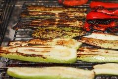 Barbacoa de cocinar al aire libre de las verduras en la hoguera del fuego, sistema de comida en la parrilla Fotos de archivo
