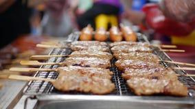 Barbacoa del hombre satay en parrilla Comida popular en Malasia, Indonesia y Tailandia Comida de la calle 4K almacen de metraje de vídeo