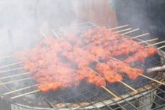 Barbacoa del pollo que asa a la parrilla en la estufa ahumada del carbón de leña, comida de la calle Fotos de archivo libres de regalías