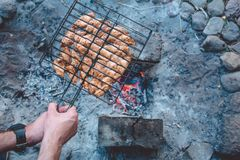 Barbacoa del verano con el pollo cena Imagenes de archivo