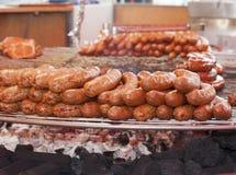 Barbacoa grande con la comida y las salchichas de Frankfurt Fotos de archivo libres de regalías