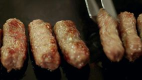 Barbacoa grliling las albóndigas turcas Inegol en el restaurante