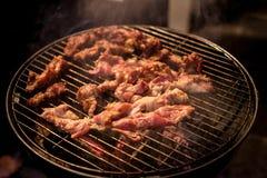 Barbacoa o parrilla del Bbq con la carne fresca Foto de archivo