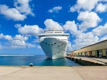 Barbados - 11 de mayo de 2016: La fascinación del barco de cruceros del carnaval en el muelle Foto de archivo
