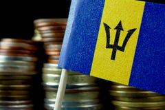 Barbados flagga som vinkar med bunten av pengarmynt Arkivbilder