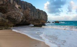 Barbados-Küstenlinie mit Sand und Felsen stockfotos