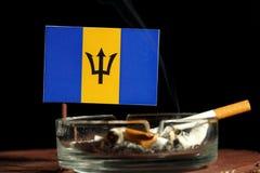 Barbados kennzeichnen mit brennender Zigarette im Aschenbecher, der auf Schwarzem lokalisiert wird Stockfoto