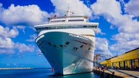 Barbados - Maj 11, 2016: Tjusningen för karnevalkryssningskepp på skeppsdockan arkivfoto