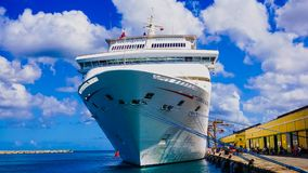 Barbados - Mei 11, 2016: De Carnaval-Betovering van het Cruiseschip bij dok stock foto