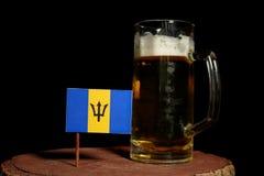 Barbados sjunker med öl rånar isolerat på svart Arkivbild