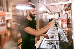 Barbar De mannelijke Teller van Barmanstanding at bar stock afbeelding