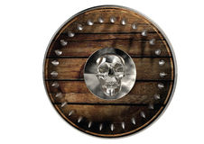 Barbar- medeltida sköld med skallen som isoleras i vit bakgrund med gemet Arkivfoton