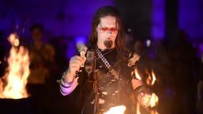 Barbar mit Mustern auf seinem Gesicht betet zum Feuer stock video
