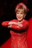 Barbara Eden anda a pista de decolagem no vermelho ir para a coleção vermelha 2015 do vestido das mulheres Imagens de Stock Royalty Free
