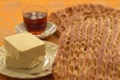 Barbari bröd, med ost och te royaltyfri fotografi