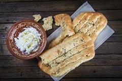Barbari of Perzisch brood en gespannen yoghurt Stock Foto's