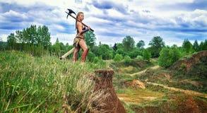 Barbaro femminile del guerriero antico Sulla scogliera Immagini Stock