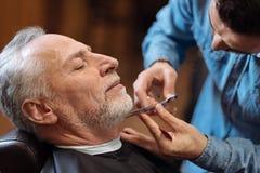 Barbe de coupe de coiffeur de client supérieur avec des ciseaux Photos libres de droits