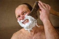 Barbeações do homem com um machado Fotos de Stock