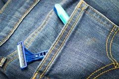 Barbeador e fundo azul de brim Imagem de Stock