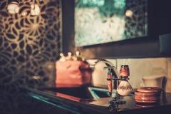 Barbeando acessórios em um interior luxuoso do banheiro Fotos de Stock Royalty Free
