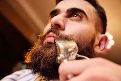 Barbeando sua barba no barbeiro Foto de Stock Royalty Free