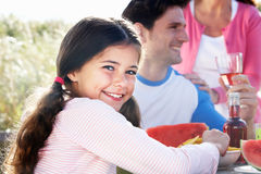 Barbecue all'aperto di And Daughter At del padre Immagini Stock Libere da Diritti