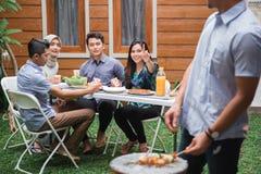 Barbecue asiatique de personnes avec des amis Photographie stock