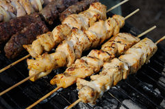 Barbecue avec des chiches-kebabs et le kofta Images stock