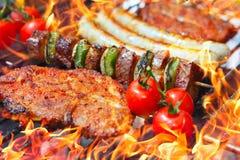 Barbecue avec des flammes photographie stock