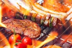 Barbecue avec des flammes photographie stock libre de droits