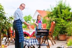 Barbecue avec la famille dans le jardin Image libre de droits