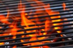 Barbecue avec les flammes et l'espace de copie photos libres de droits