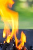 Barbecue avec les flammes et l'espace de copie images stock