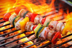 Barbecue avec les flammes et la broche de légume Photographie stock