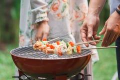Barbecue avec satay grillé Photos stock