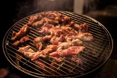 Barbecue of BBQ Grill met vers vlees Stock Foto